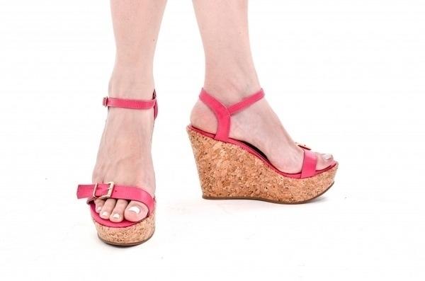 Loja virtual especializada em sapatos de numeração especial. Sapatos femininos adultos pequenos Trabalhamos com numerações 30, 31, 32, 33 e 34. Sapatos femininos pequenos. Numeração especialSandália Anabela em couro ecológico rosa pink com fivela dou