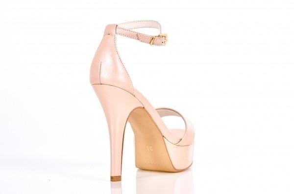 Loja virtual especializada em sapatos de numeração especial. Sapatos femininos adultos pequenos Trabalhamos com numerações 30, 31, 32, 33 e 34. Sapatos femininos pequenos. Numeração especialSandália com tiras simples em couro perolizado nude, salto 1