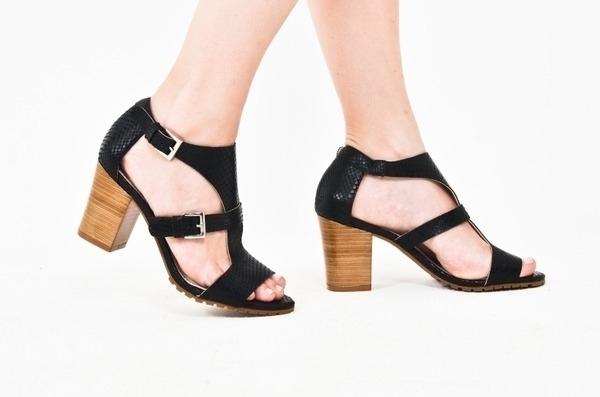 Loja virtual especializada em sapatos de numeração especial. Sapatos femininos adultos pequenos Trabalhamos com numerações 30, 31, 32, 33 e 34. Sapatos femininos pequenos. Numeração especialSandália em couro estampado cobra preto, com 2 fivelas dour