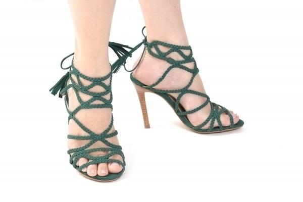 Loja virtual especializada em sapatos de numeração especial. Sapatos femininos adultos pequenos sapatos pequenos sapato especial calçados 30 31 32 33 Sapatos femininos pequenos. Numeração especialSandália em nobuck amarelo, salto fachete 10 cm.Número