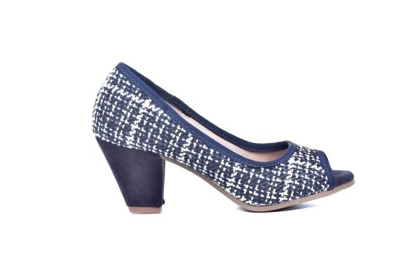 Peep toe em tricot azul mzarinho e branco, salto grosso 6,5 cm.Atenção às suas medidas!Número 30: comp. 20,1 x larg. 7,8 cm 31: comp. 20,6 x larg. 8,3 cm 32: comp. 21,1 x larg. 8,8 cm 33: comp. 21,6 x larg