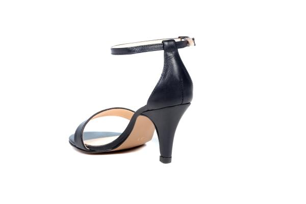 Sandália em couro legítimo com acabamento metálico. Modelo básico e elegante que não sai de moda, com uma tira simples em cima dos dedos e outra tira simples com fivela no tornozelo. Salto médio fino de 6,5 cm. Ideal para ocasiões de festa ou até mesmo al