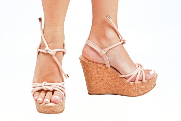 Sandália estilo Anabela em couro ecológico com acabamento camurça. Tiras em cima dos dedos e uma tira para amarrar no tornozelo com ponteira metálica. Salto revestido com cortiça com 10 cm de altura sendo 4 cm de plataforma, o que deixa a curvatura do pé