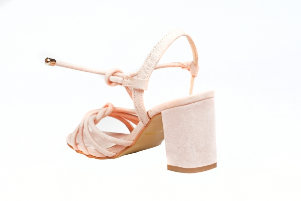 Sandália em couro ecológico com acabamento camurça. Tiras em cima dos dedos e uma tira para amarrar no tornozelo com ponteira metálica. Salto médio revestido com 7,5 cm de altura, muito confável. Esses modelos com diversas tiras estão muito em alta nesse