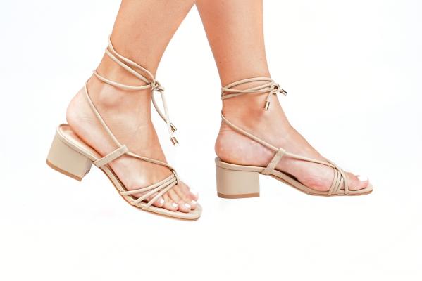 Sandália em couro ecológico. Tiras em cima dos dedos e uma grande tira para amarrar no tornozelo com ponteira metálica. Salto grosso e revestido, com apenas 4,5 cm de altura, garantindo maior conforto. Esses modelos com diversas tiras estão muito em alta