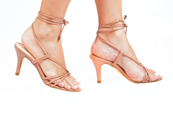 Sandália em couro ecológico com acabamento em verniz. Tiras em cima dos dedos e uma grande tira para amarrar no tornozelo com ponteira metálica. Salto fino médio com 7,5 cm de altura. Esses modelos com diversas tiras estão muito em alta nesse ano de 2020