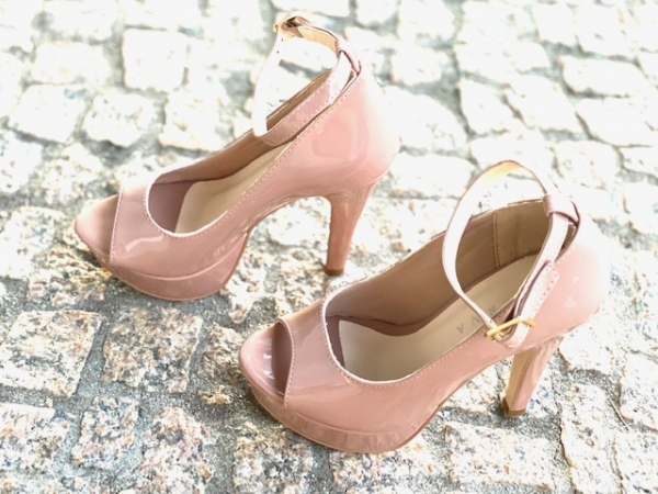 Sapato estilo Peep toe em courino com acabamento envernizado. Modelo clássico e elegante que nunca sai de moda que combina com looks sociais e de festa. Salto meia-pata fino de 11,5 cm com plataforma de 3,5 cm, o que torna a curvatura do pé de apenas 7 cm