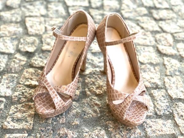 Sapato estilo Peep toe em courino com acabamento envernizado crocodile. Detalhe de X nos dedos e tira de fivela em cima do pé. Modelo clássico e elegante que nunca sai de moda que combina com looks sociais e de festa. Salto meia-pata fino de 11,5 cm com p