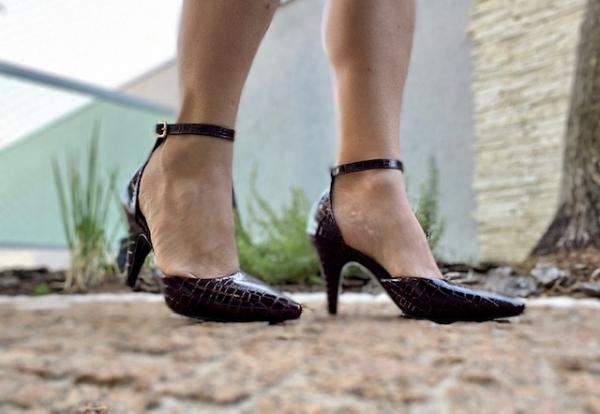 Scarpin básico em couro ecológico com acabamento em croco verniz , aberto nas laterais e com fivela no tornozelo, salto fino médio 7,5 cm. Sapato clássico, porém modelo mais moderno. Super confortável pois por dentro ele é revestido com tecido bem macio c