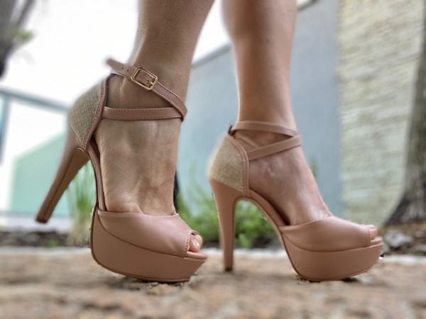 Sandália em couro ecológico com detalhe em linho no calcanhar. Tira de cruzar em volta do tornozelo e calcanhar fechado. Modelo de grande sucesso do site. Salto fino meia-pata de 11 cm com plataforma de 3 cm, o que torna a curvatura do pé de apenas 8 cm.