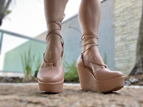 Sapato fechado em couro ecológico com tiras de amarrar ao redor do tornozelo. Salto anabela revestido no mesmo couro com 10 cm de altura sendo 3,5 cm de plataforma, o que deixa a curvatura do pé com apenas 6,5cm. Modelo moderno, a cara desse ano! Sem fala