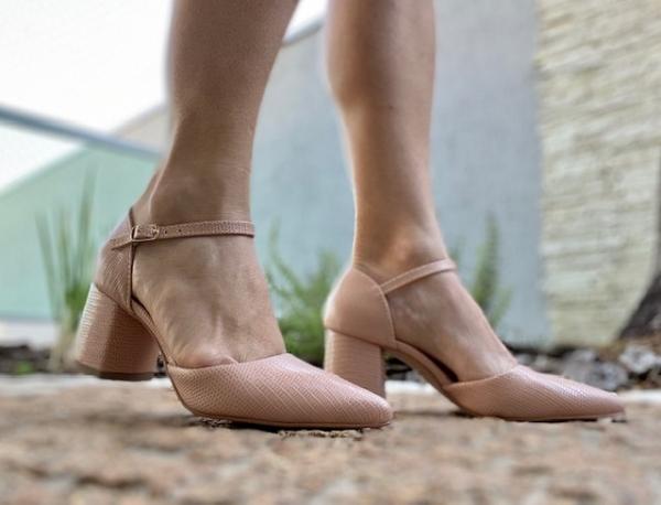 Sapato bico fino em courino com textura de cobra. Salto médio grosso 6 cm, super confortável e proporciona muita estabilidade ao pé. Modelo clássico social, porém o material garante um toque de modernidade ao sapato. Pode ser usado nos dias mais frios com