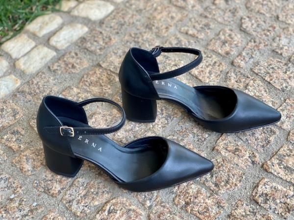 Sapato bico fino em courino com textura de cobra. Salto médio grosso 5,5 cm, super confortável e proporciona muita estabilidade ao pé. Modelo clássico social, porém o material garante um toque de modernidade ao sapato. Pode ser usado nos dias mais frios c