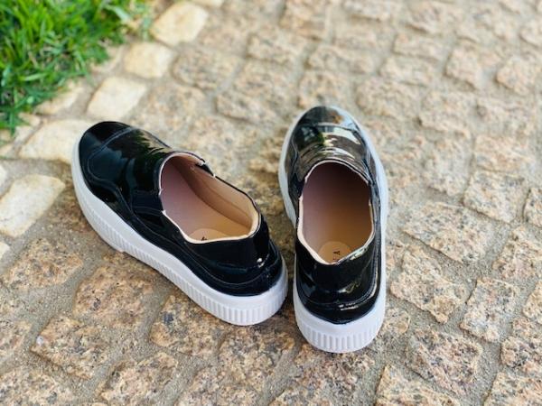 Sapato estilo slip on em courino envernizado todo revestido em cacharrel e palmilha acolchoada confort. Solado em borracha branca com salto de 4 cm.ATENÇÃO ÀS SUAS MEDIDAS!Número 30: comp. 19,9 x larg. 7,5 cm 31: comp. 20,4 x larg. 8,0