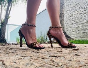 Sandália Gisele Alta Pelo Onça