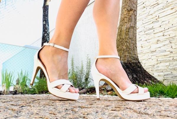 Sandália meia-pata em couro ecológico com acabamento verniz com tiras cruzadas em cima dos dedos e fivela de prender no tornozelo. Modelo atemporal, podendo ser usado tanto numa ocasião mais casual quanto numa ocasião mais social. O conforto fica por cont