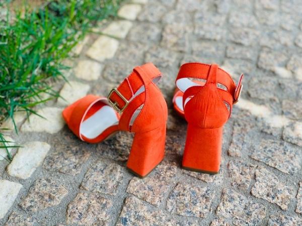 Sandália em camurça ecológica com tira nos dedos e fivela no tornozelo. Estilo simples e que vai fazer o maior sucesso nesse verão. Modelo atemporal e muito charmoso que pode ser usado com diversos looks. Salto grosso 8 cm, o que proporciona muita estabil