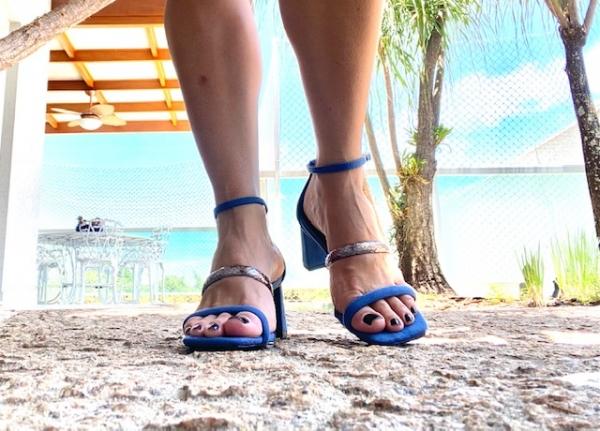 Sandália em camurça ecológica com 2 tiras em cima do pé e tira com fivela de prender no tornozelo. Salto grosso 6 cm. Modelo simples e confortável, ideal para os dias mais quentes. Estilo leve, contemporâneo e prático.ATENÇÃO ÀS SUAS MEDIDAS!Número 30
