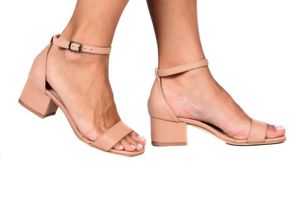 Sandália em courino com calcanhar fechado e tira no tornozelo. Modelo simples, básico e atemporal, ideal para qualquer ocasião. Combina com looks casuais e também sociais, para quem preza conforto, pois possui um salto grosso de apenas 4 cm. Ideal para qu