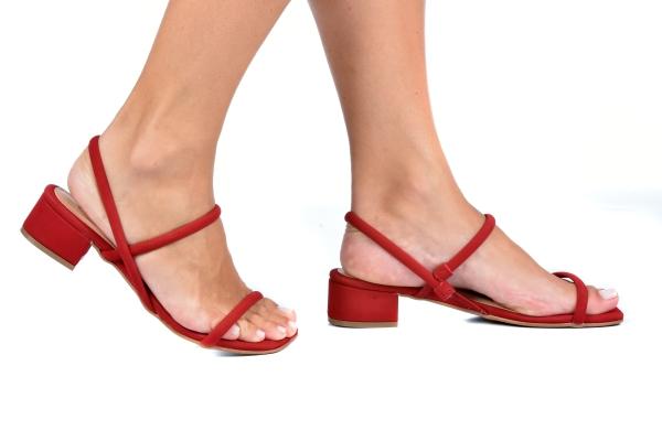 Sandália simples com 2 tiras em cima dos pés em nobuck. Fechamento sem fivela. Salto grosso de 3,5 cm extremamente confortável. Modelo muito versátil que combina com qualquer look e seu salto bem baixinho garante o conforto , ideal para quem prioriza o be