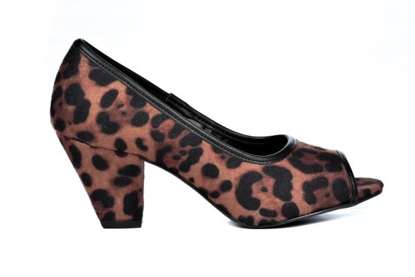 Peep toe básico em couro ecológico, aberto nos dedos, salto grosso 5,5 cm. Sapato clássico e atemporal que combina com look social e também casual. Pode ser usado em dias mais frios com calça ou dias mais quantes com um vestido. Super confortável, estável