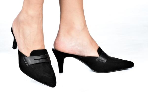 Sapato estilo mule, super em alta nessa estação. Em camurça sintética com bico fino. Salto fino 6 cm. Modelo lindo e prático que não vai sair do seu pé. Para ser usado em dias mais amenos com um look social ou casual. Super confortável.Atenção às medida