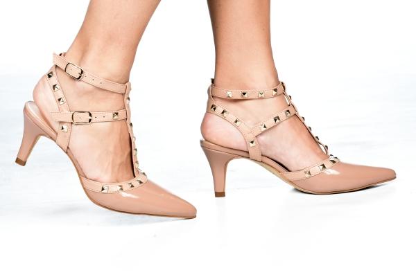 Scarpin em verniz aberto no calcanhar e aplicações de spikes dourados nas 2 tiras e na tira central, o que proporciona um ar mais moderno ao modelo. Salto fino médio cm. Sapato clássico, porém modelo mais moderno. Super confortável e lindo para ser usado