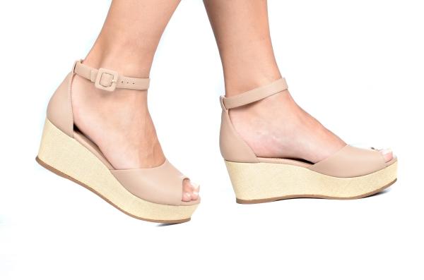 Sandália estilo espadrille em couro sintético com bico aberto e calcanhar fechado. Tira de fivela no tornozelo. Salto revestido em palha de 5,5 cm com plataforma de 3 cm, o que deixa a curvatura do pé com apenas 2,5 cm, proporcionando mais conforto e esta