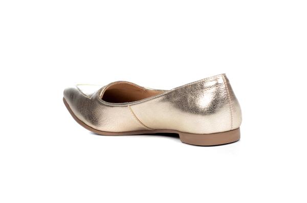 Sapato estilo mocassim em couro sintético com bico fino. Salto de 1 cm. Modelo super versátil pois pode ser usado com look mais casual ou social e também pode ser usado tanto no calor (sem meia) como no frio (com meia fina).Número 30: comp. 19,9 x larg.