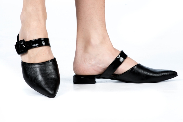 Sapato estilo mule em couro sintético e verniz com bico fino e ajuste de fivela. Salto de 1 cm. Modelo super versátil pois pode ser usado com look mais casual ou social e também pode ser usado tanto no calor (sem meia) como no frio (com meia fina).Númer