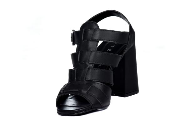 Sandália mais fechada, em couro sintético com tiras que cruzam em cima do pé. Fechamento por fivela no calcanhar. Salto grosso de 8,5 cm. Modelo que dá para usar em meia estação e também verão. Modelo moderno, para mulheres que desejam um toque especial n