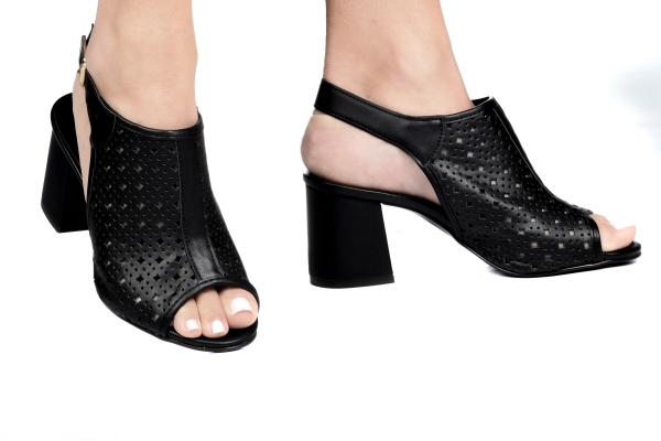 Sandália fechada em cima do pé com desenhos vazados à laser, em couro sintétic . Fechamento por fivela no calcanhar. Salto grosso de 6,5 cm. Modelo que dá para usar em meia estação e também verão. Modelo moderno, para mulheres que desejam um toque especia