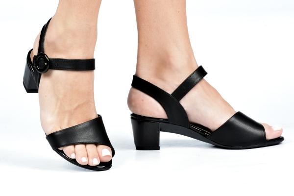 Sandália em material sintético. Fechamento por fivela no calcanhar e salto baixo de apenas 4,5 cm. Modelo simples e atemporal podendo ser usado com diversos estilos de looks. O que prevalece nessa sandália é o conforto devido ao modelo e ao salto baixo. P