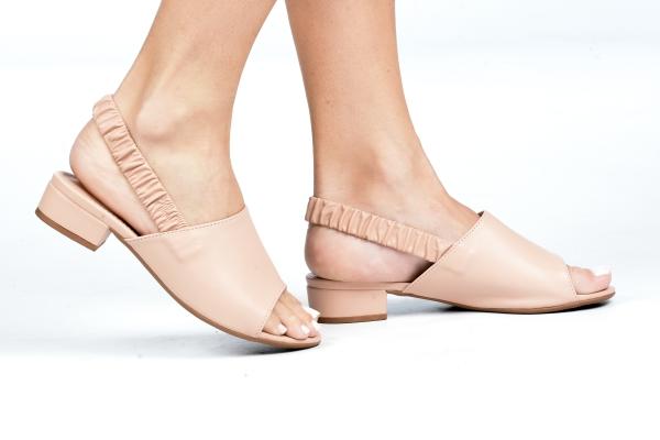 Sandália em material sintético com elástico no calcanhar e salto baixo de apenas 3 cm. Modelo simples e atemporal podendo ser usado com diversos estilos de looks. O que prevalece nessa sandália é o conforto devido ao modelo e ao salto baixo. Para mulheres