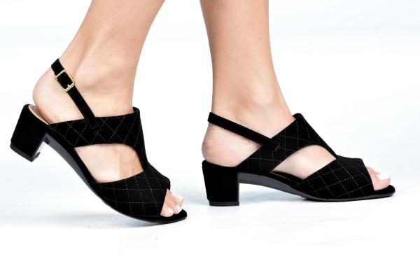 Sandália em material sintético com fechamento por fivela no calcanhar e salto baixo de apenas 4,5 cm. Detalhe de costura na camurça. Modelo simples e atemporal podendo ser usado com diversos estilos de looks. O que prevalece nessa sandália é o conforto de