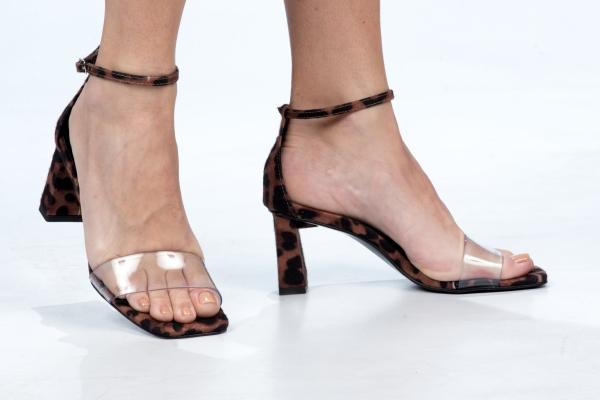 Sandália em couro ecológico com acabamento metalizado e tira de silicone em cima dos dedos. Tira com fivela de prender no tornozelo. Salto grosso 6 cm. Modelo e cores super em voga nesse verão. Estilo leve, contemporâneo e prático. A tira de silicone tem