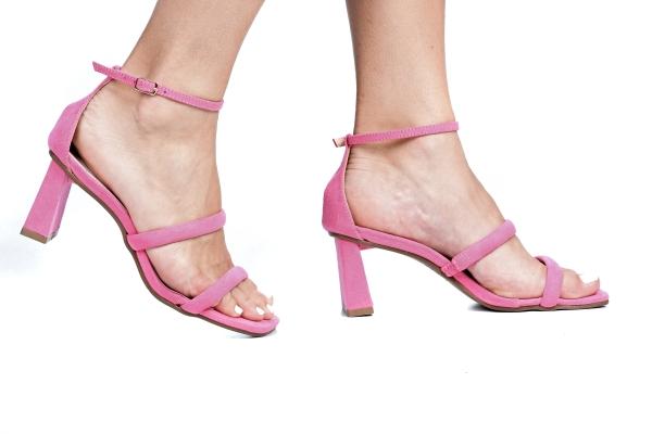 Sandália em camurça com 2 tiras em cima do pé e tira com fivela de prender no tornozelo. Salto grosso 6 cm. Modelo simples e confortável, ideal para os dias mais quentes. Estilo leve, contemporâneo e prático.ATENÇÃO ÀS SUAS MEDIDAS!Número 30: comp