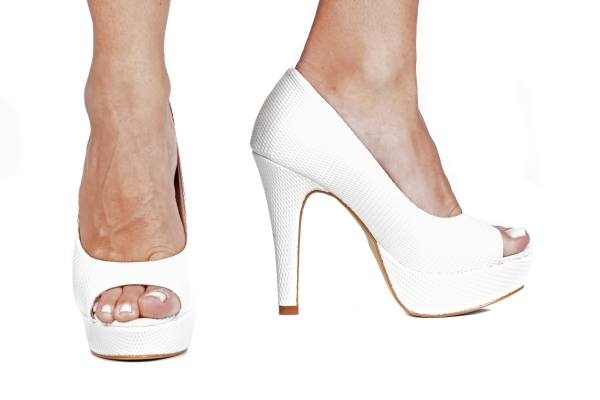 Loja virtual especializada em calçados femininos adultos de numeração especial pequena. Trabalhamos com numerações 30, 31, 32, 33 e 34. Sapatos femininos pequenos.Peep toe em verniz azul marinho , salto meia-pata 12 cm.
